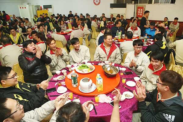 一樣的新屋年終聚餐,不同的歡笑與掌聲